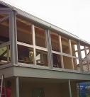 Holz-Aluminium Konstruktion wird montiert