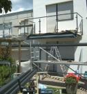 Montage der Firstschiene unter dem Balkon